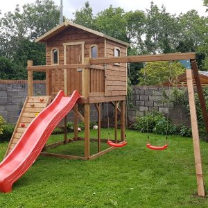 Wacky worls treehouse with swings and slide sttswings